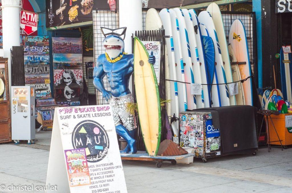 Les boutiques de surf ont pignon sur rue à Venice Beach usa