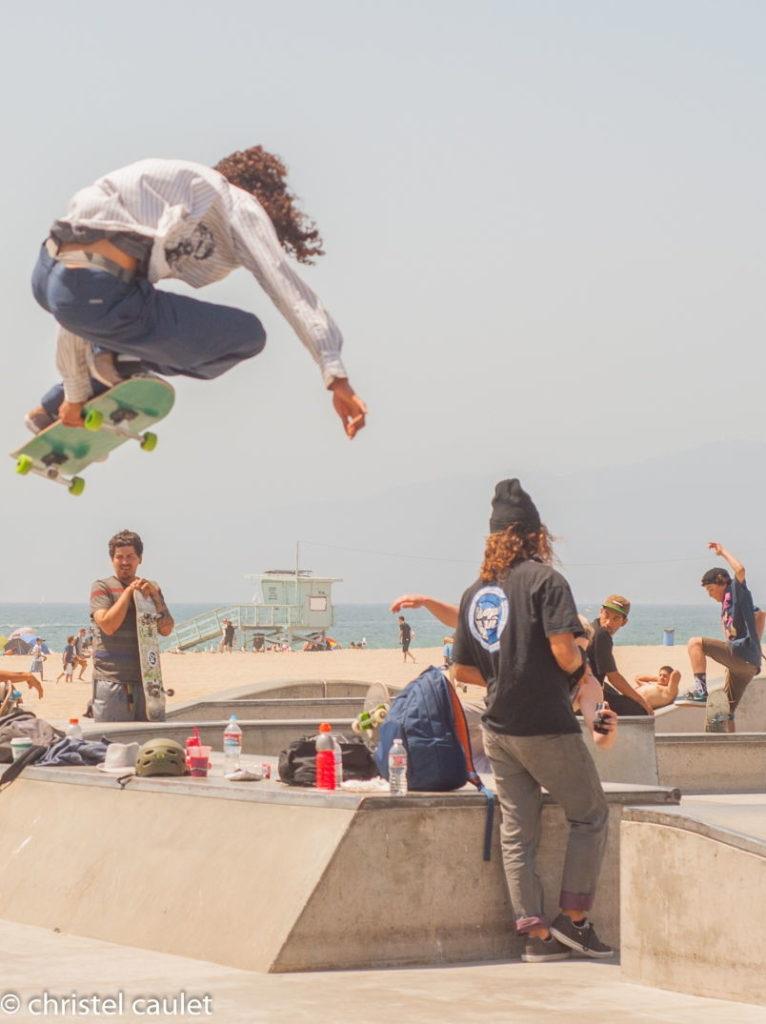 les skateurs font le show à Venice Beach usa