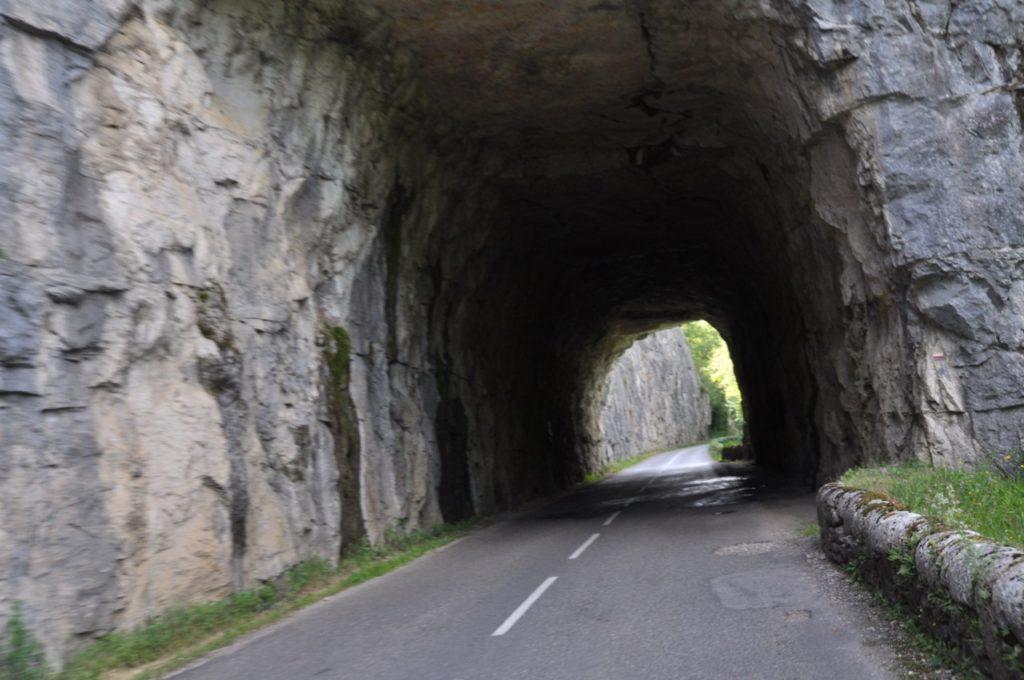 Sur la route, des mini-tunnels