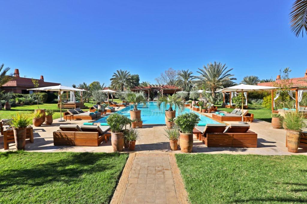 hôtel des remparts et sa piscine extérieure
