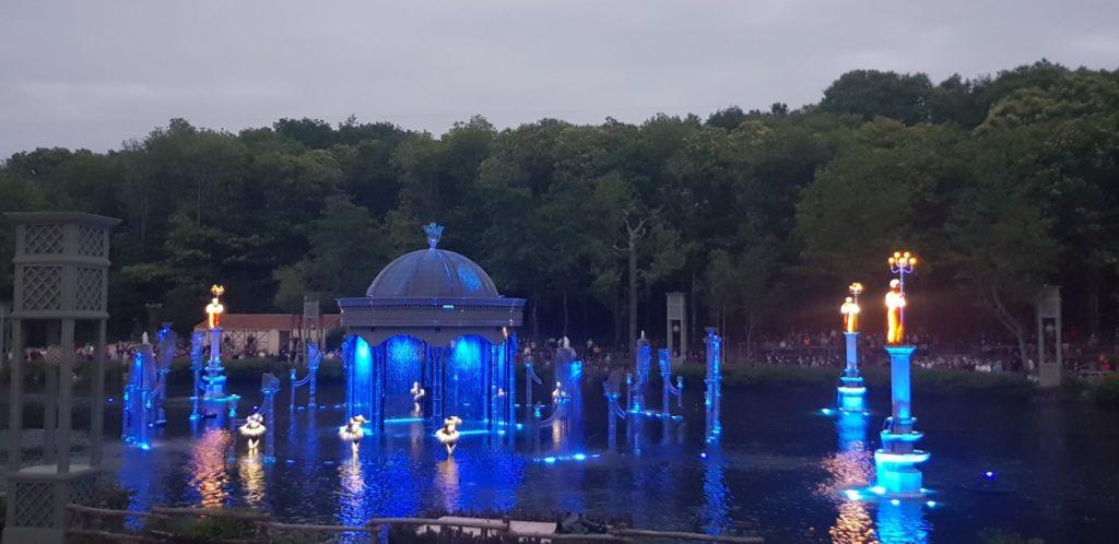 Spectacle avec jeux de lumière sur l'étang