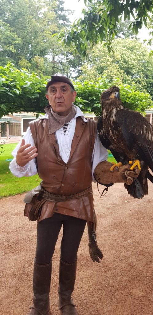 Un fauconnier et la bête