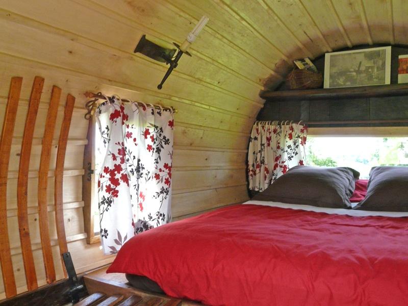 h bergement insolite dormir dans un tonneau. Black Bedroom Furniture Sets. Home Design Ideas