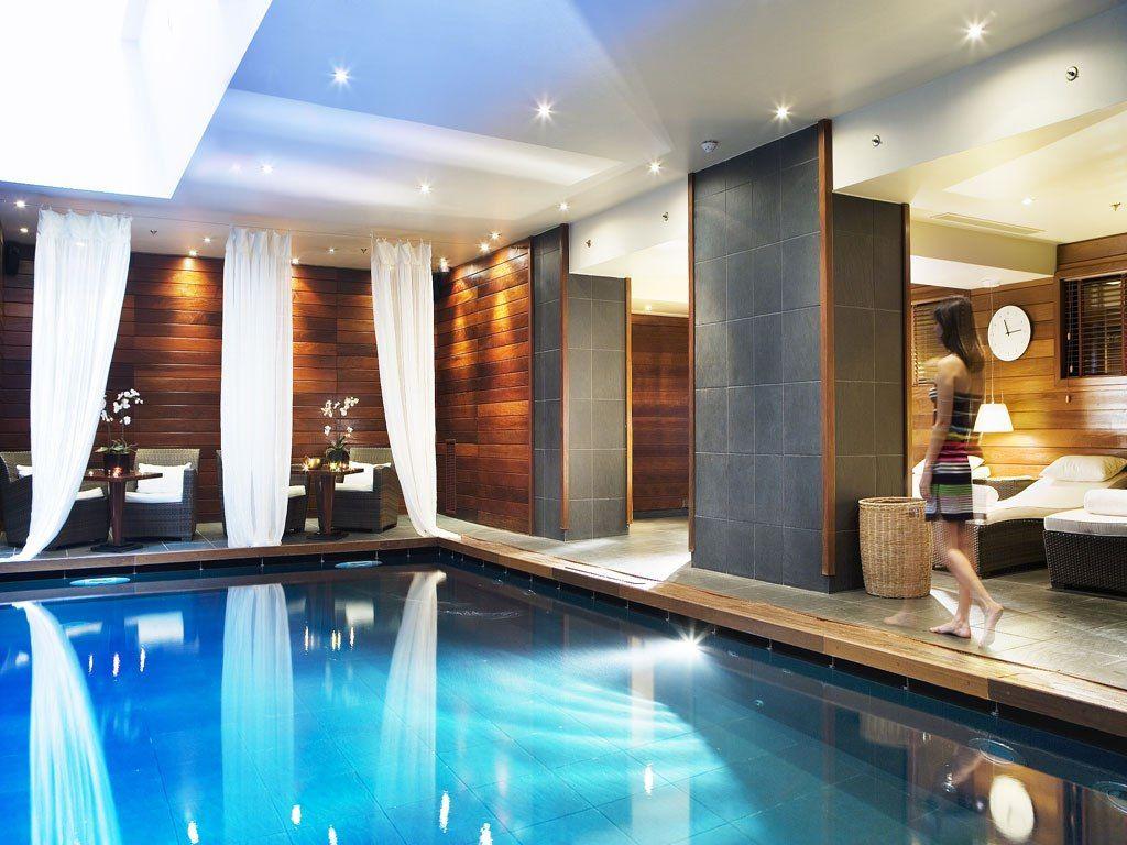 La belle piscine chauffée de l'hôtel Renaissance à Paris