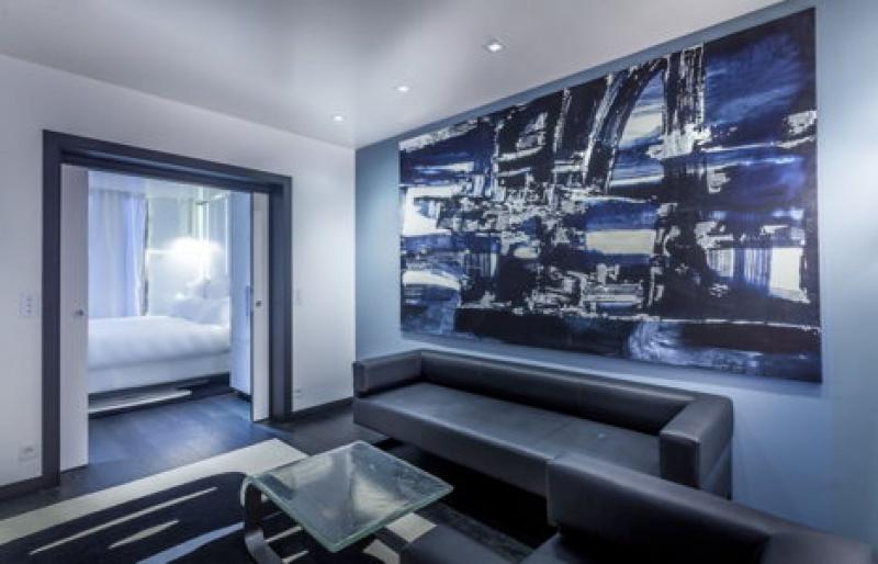 Le salon d'une suite de l'hôtel Félicien à Paris