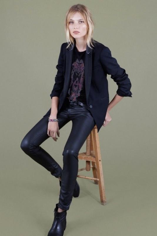 Veste noire, pantalon cuir noir et tee-shirt noir du Comptoir des Cotonniers