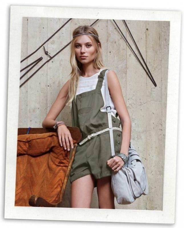 Combinaison verte, sac et tee-shirt blanc du Comptoir des Cotonniers
