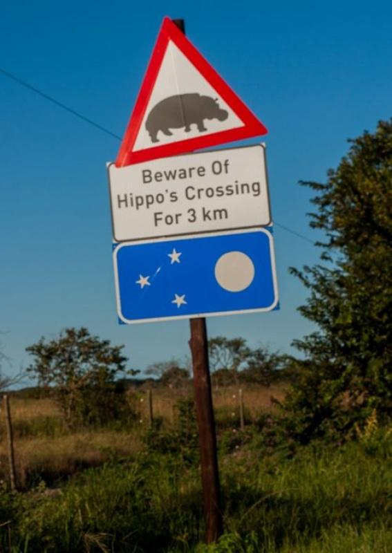 Panneaux signalant les hippopotames à Ste Lucia en Afrique du Sud