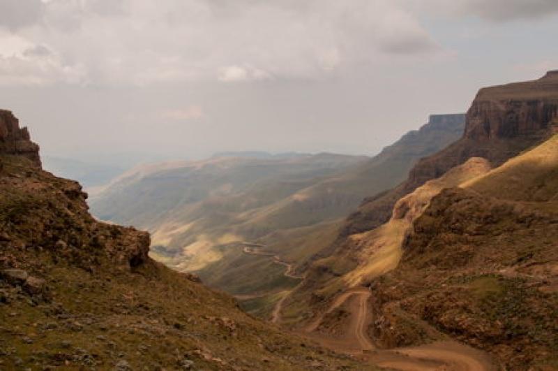 La route qui serpente la frontière africaine avec le Lesotho.