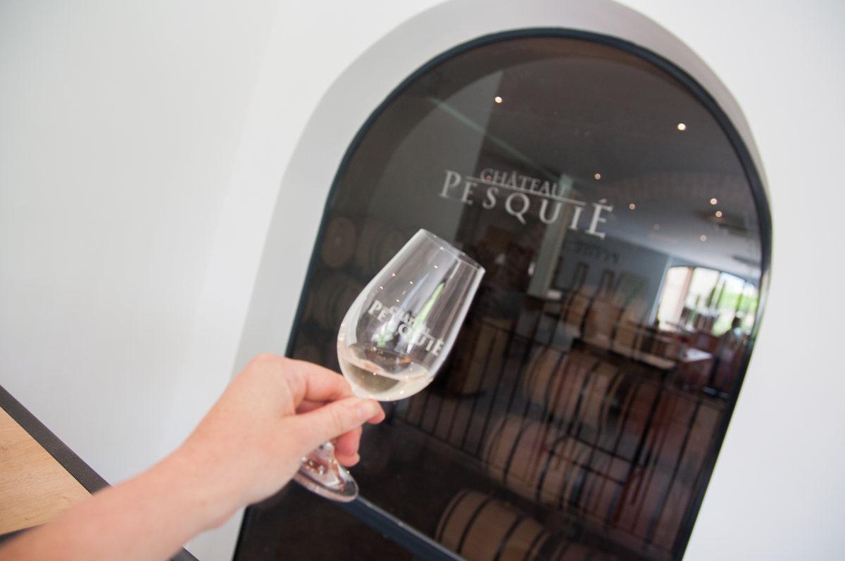 Un verre de vin au Château Pesquier en Vaucluse