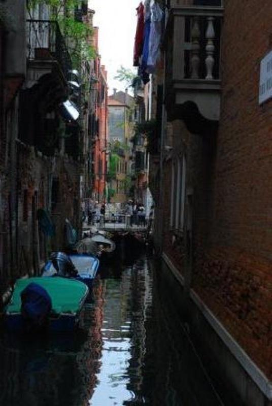 les canaux sont étroits à Venise