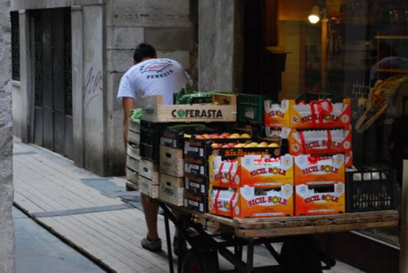 Destination Venise pour un voyage stylé...Pas de camions pour livrer, ici on fait tout à la charrette !