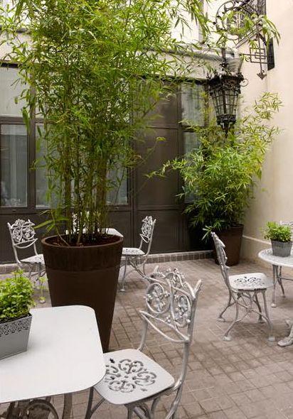 Dans le jardin de l'hôtel Mademoiselle à Paris