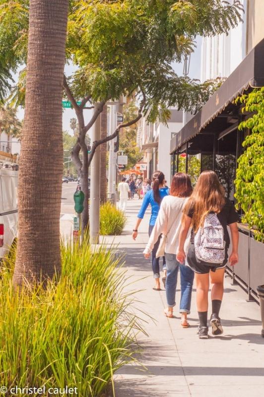 Touristes et population locale déambulent dans les rues de Beverly Hills