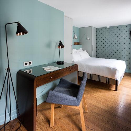 Le bureau d'une chambre de l'hôtel Cadet à Paris