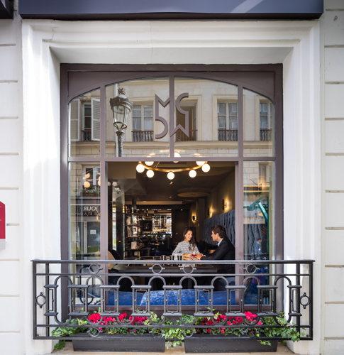 Vue sur la rue depuis le bar à cocktail de l'hôtel Cadet à Paris