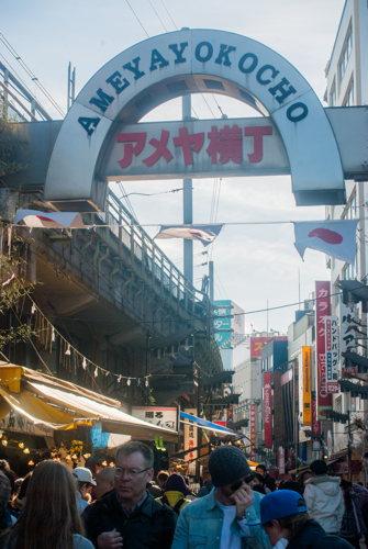 L'entrée de l'immense marché Ameyayokocho à Tokyo au Japon