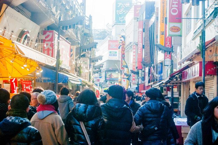 Du monde déambule sur le marché à Tokyo au Japon