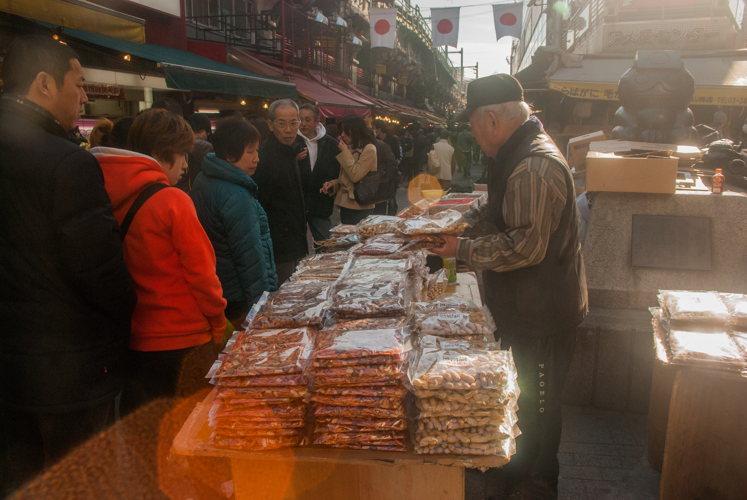 Street-food au marché à Tokyo au Japon