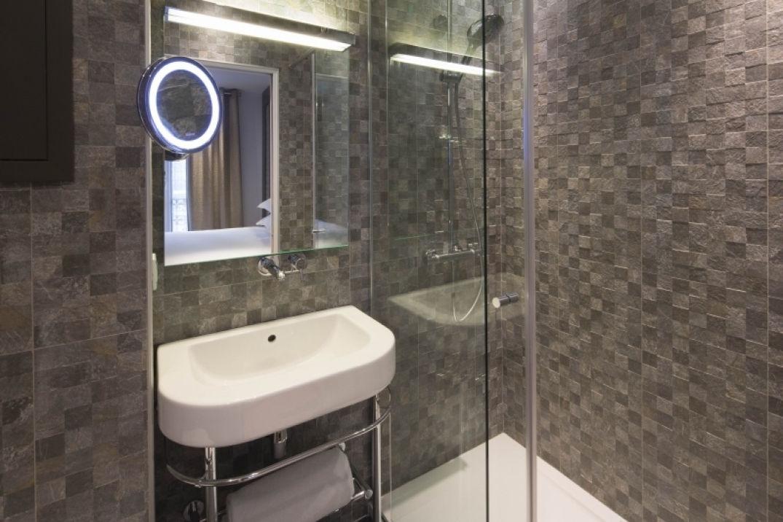 La salle de bain de l'hôtel Eden à Paris