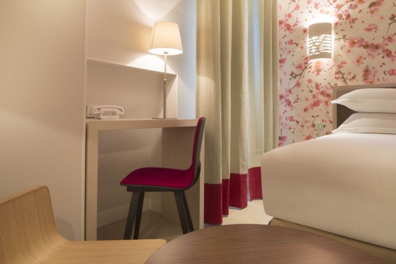 Le bureau d'une chambre de l'hôtel Eden à Paris