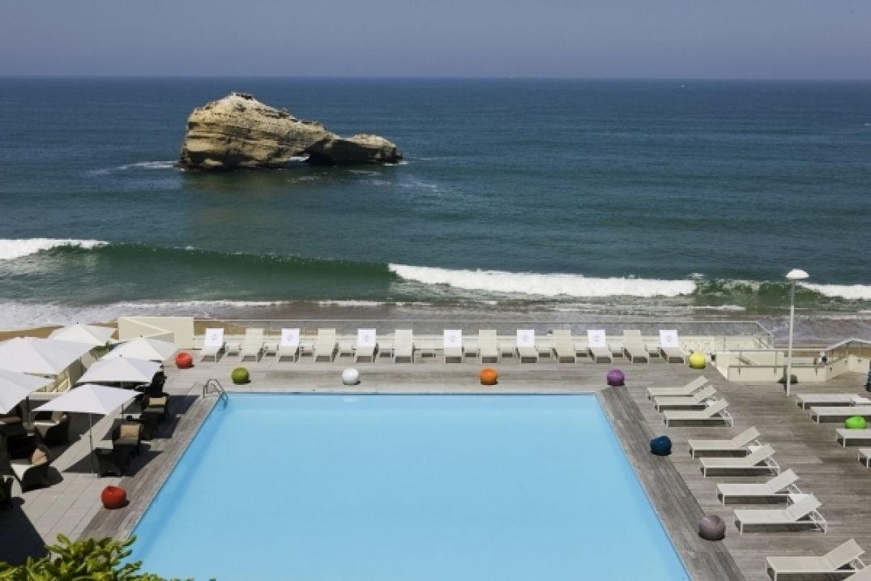 La piscine face à l'océan atlantique au Miramar à Biarritz