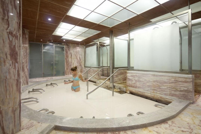 Un bain de boue à la cure thermale à Moligt les bains