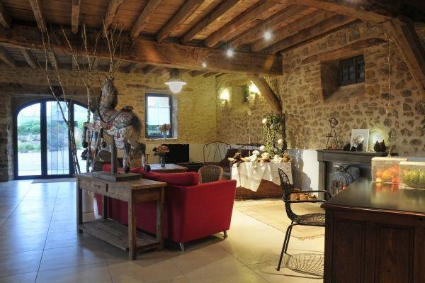 L'immense salon du Mas de la Tourelle en Aveyron