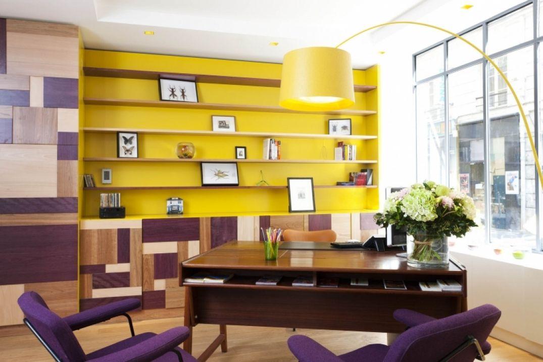 La bibliothèque de l'hôtel Le Crayon à Paris