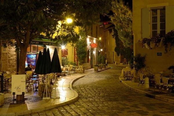 Dans les rues de Sorgues dans le Lubéron