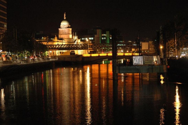 Vue sur le parlement de nuit à Dublin