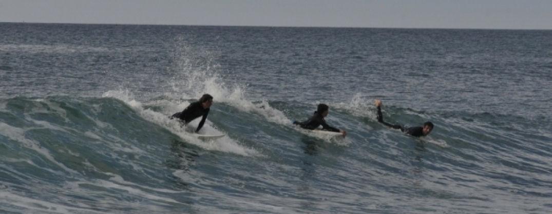 3 Surfeurs à Biarritz l'irréistible