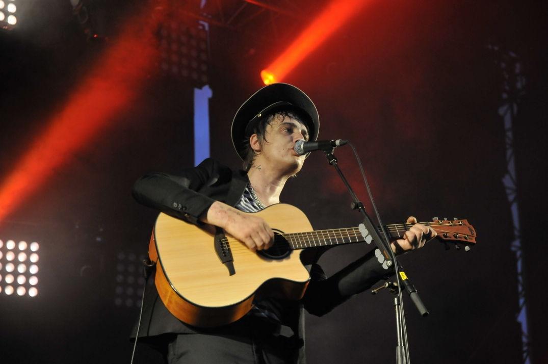 Pete Doherty délivre ses chansons les yeux dans le vague à Pause Guitare