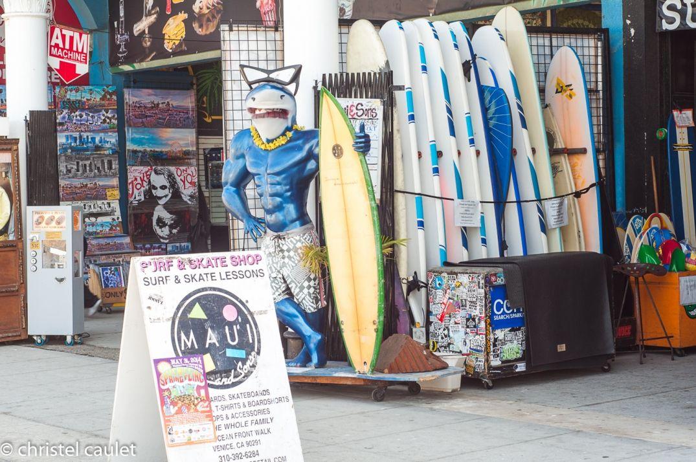 Boutiques de surf et de graffiti à Venice Beach à Los Angeles