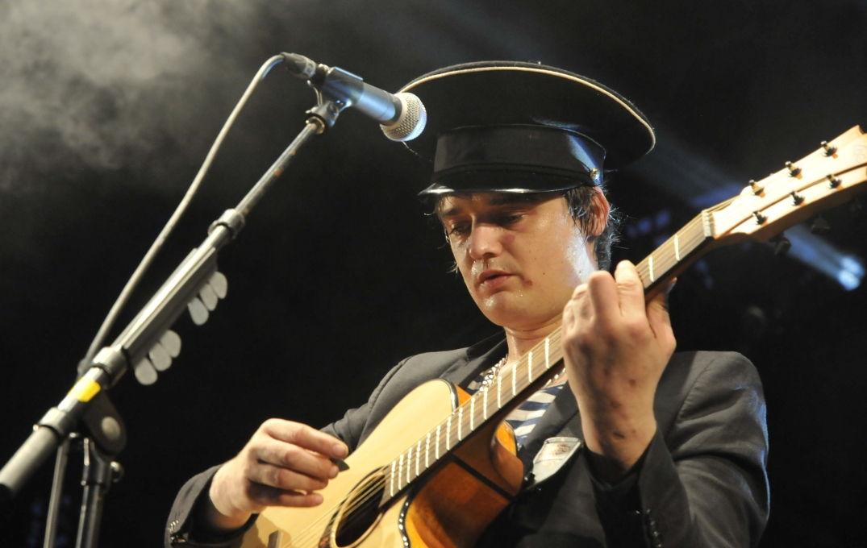 Guitare à la main pour Pete Doherty en concert à Pause Guitare