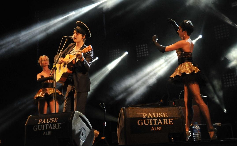 Pete Doherty entouré de danseuses en concert à Pause Guitare