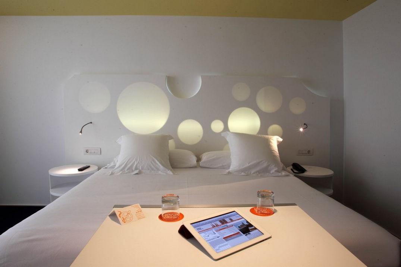 Dans la chambre à l'hôtel Room Mate Pau à Barcelone