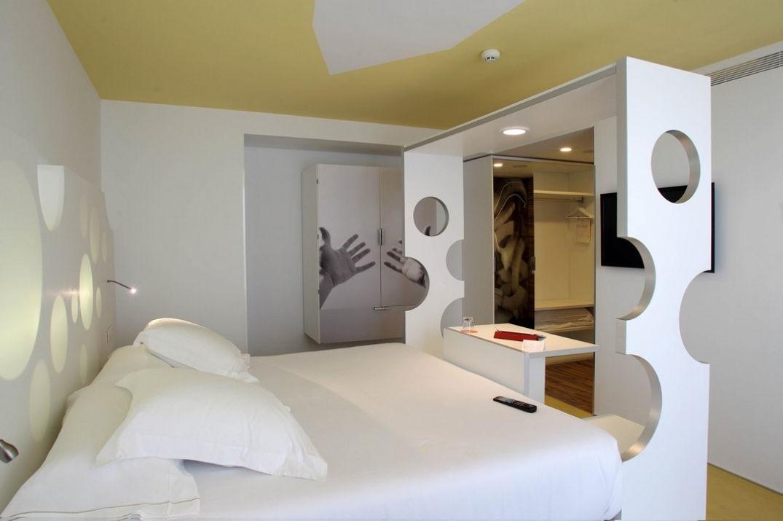 La chambre spacieuse de l'hôtel Room Mate Pau à Barcelone