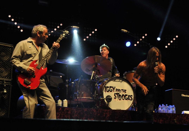 Iggy Pop et son groupe en concert à Pause Guitare