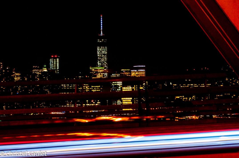 Balade nocturne pour admirer la skyline de New-York - entre les véhicules et les buildings
