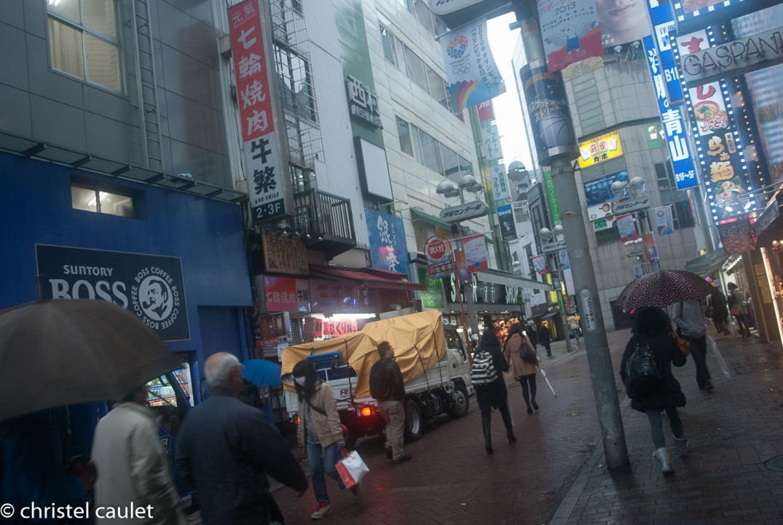 Dans les rues à Tokyo à Shibuya