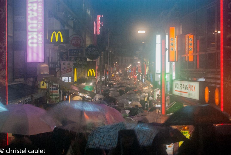 Tokyo de nuit dans les rues