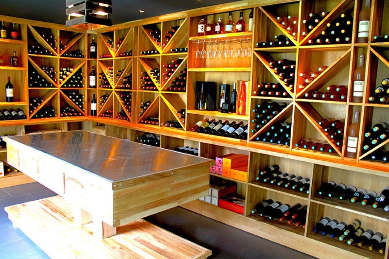 Dans la boutique de bouteilles de Bordeaux à Oenovilla