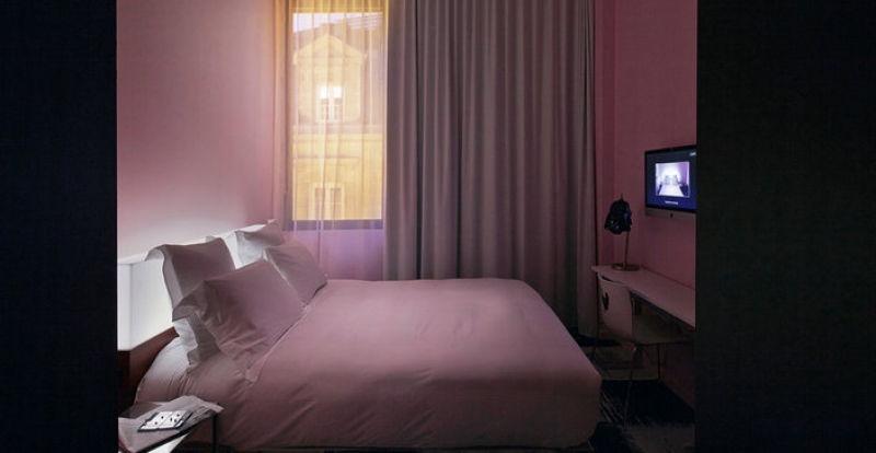 Ambiance tamisée dans la chambre au Mama Shelter à Bordeaux