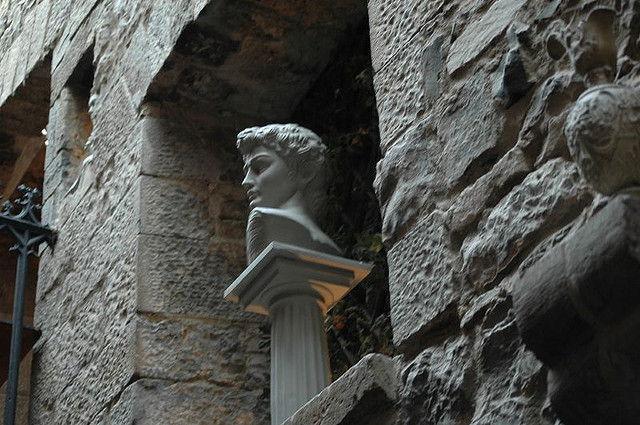 Des statues dans l'entrée d'un immeuble