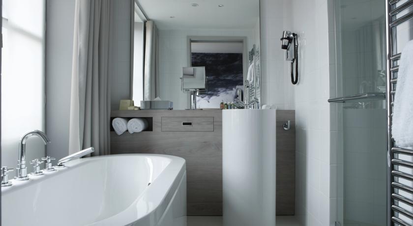 Dans la salle de bains privative attenante de l'hôtel Le Grand Balcon à Toulouse