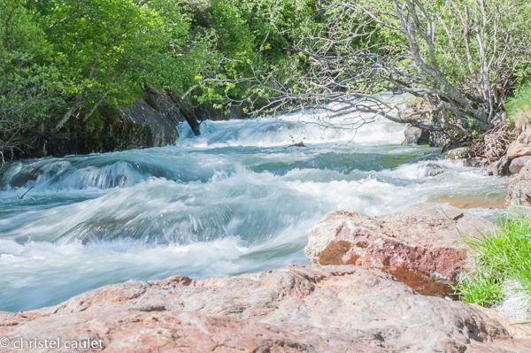 Faire des randonnées pédestres à côté de ruisseau