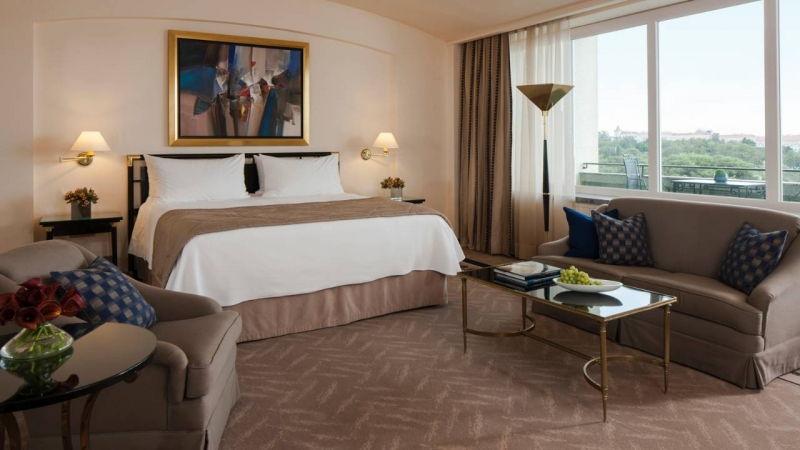 Dans une des chambres spacieuses de l'hôtel Four Seasons à Lisbonne