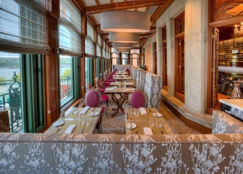 La salle du restaurant du l'hôtel Fairmont le Château Frontenac à Québec