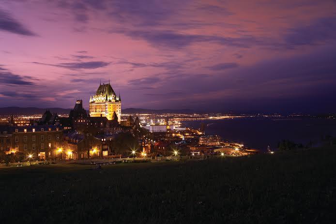 L'hôtel Fairmont Le Château Frontenac à Québec dans la nuit